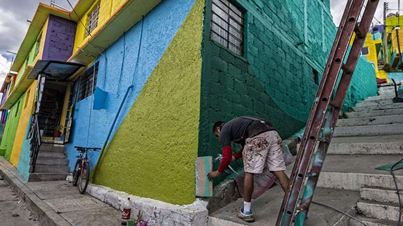 "An artist paints a wall of one of the alleys of the hill ""Las Palmitas"" in Pachuca,  (Photo credit should read OMAR TORRES/AFP/Getty Images)"